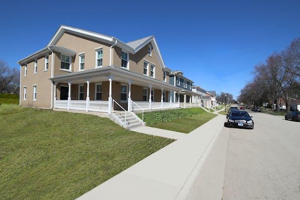 Larkin Place, Elgin, IL: Streetscape