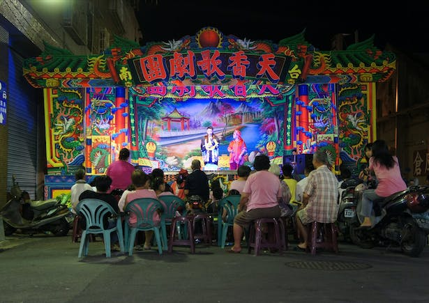 Under the canopies, as well as under the trees, informal performances occur: people dance, play music, perform plays, or practice Tai Chi.