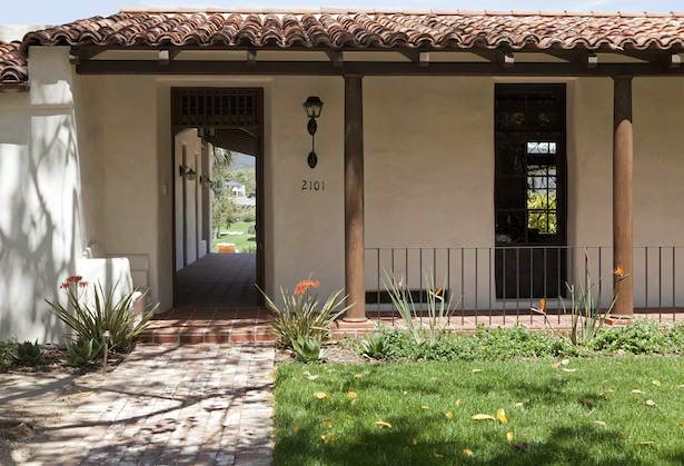 Built around a courtyard, similar to a traditional Spanish hacienda, the front door leads to a covered vestibule that is open to the air and the views.