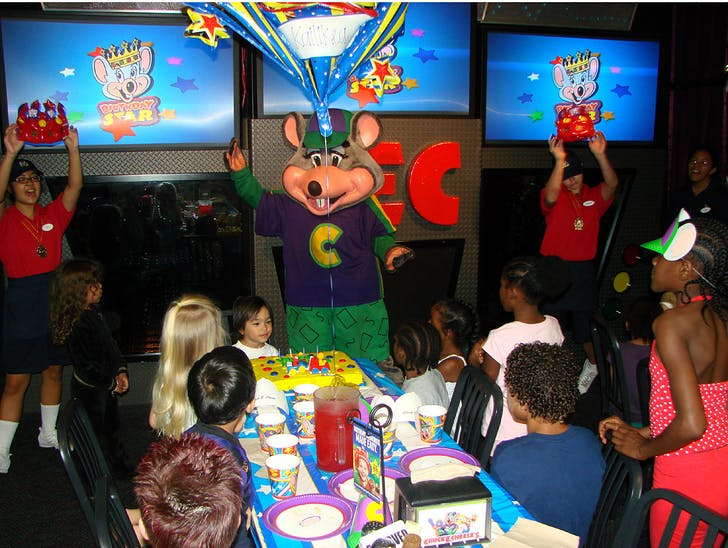 Party at Chuck E. Cheese's, courtesy of tastyislandhawaii.com.