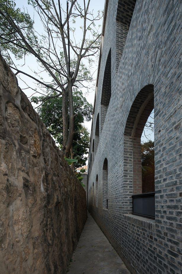 Retaining wall and main building © Su Shengliang