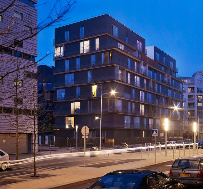 Housing units: 'Majority of the apartments are offered a double orientation. This flexibility was made possible by the bearing facade walls. On the highest floors, a few duplexes were given generous terraces.' (Photo: Julien Lanoo)