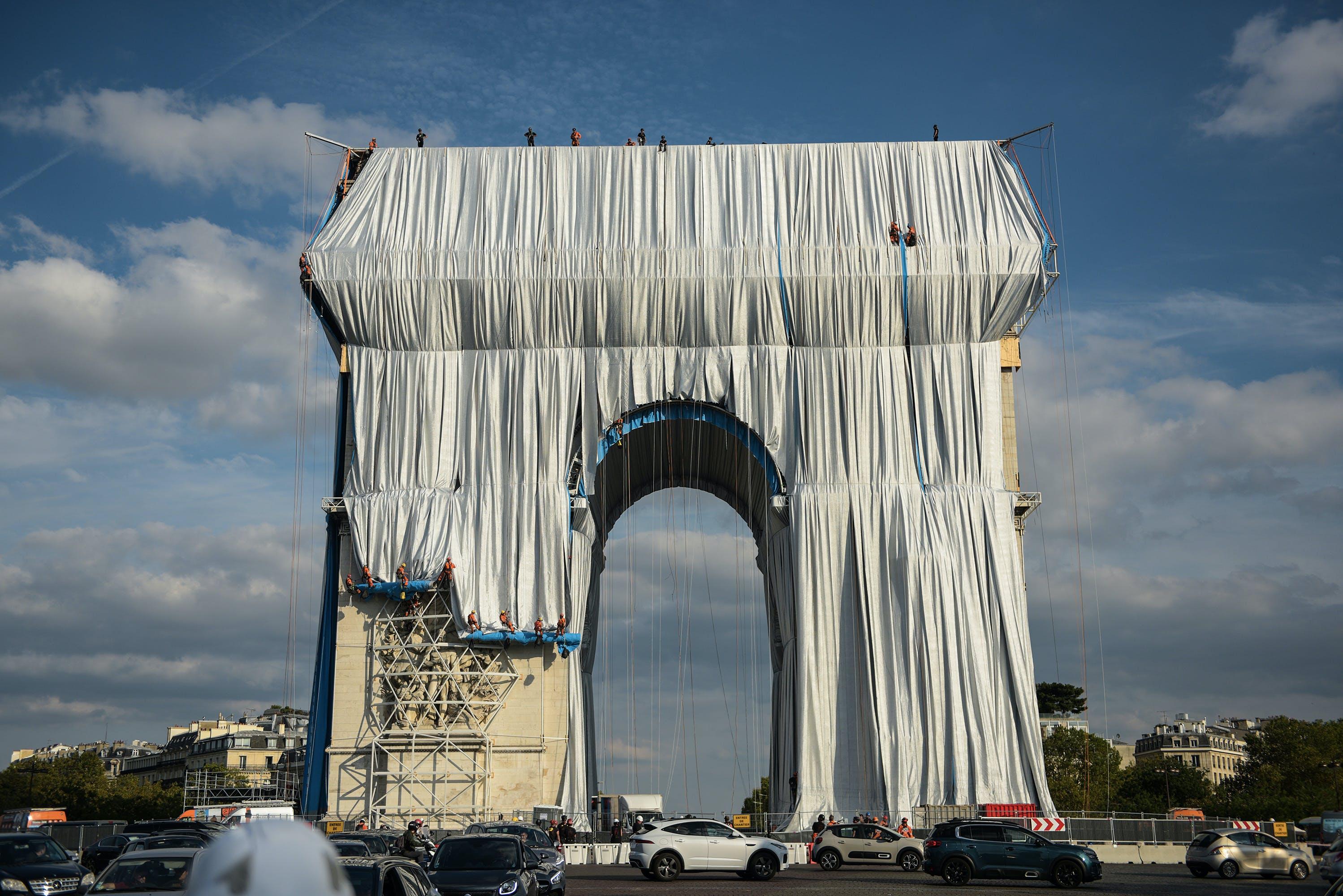Christo (Posthumous), L'Arc de Triomphe, Wrapped, 2021, Paris, France. Photo by Benjamin Loyseau.