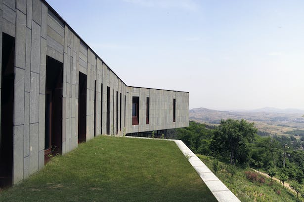 The non linear shape allows different points of view from the interior space