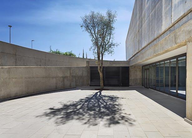 Outdoor Courtyard. (C) Victor Sajara