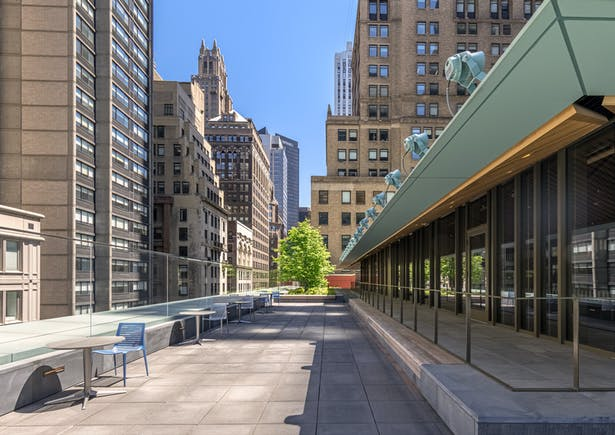 An L-shaped roof terrace runs above the 40th Street and Fifth Avenue facades and includes a roof garden and an adjacent indoor café. Image copyright by Max Touhey