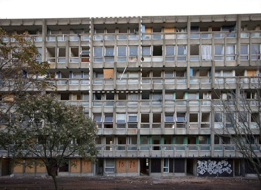 V&A's three-story section of Robin Hood Gardens social housing in London. Image: Biennale di Venezia/Twitter.
