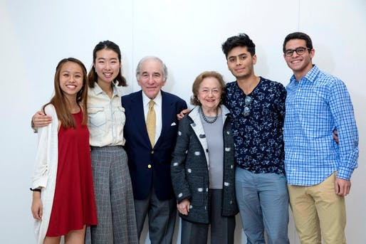 Sam and Marilyn Fox (center) meet with students in 2016. (Photo: Whitney Curtis/Washington University)