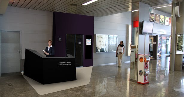 New, reshaped reception desk placed in the old part of the terminal, addresses VIP customers and announces the new space awaiting them.