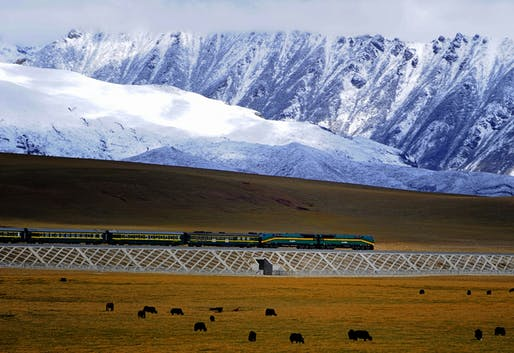 A train on the already existent Qingzang railway. Credit: Jan ReurinkCamera via WikiCommons