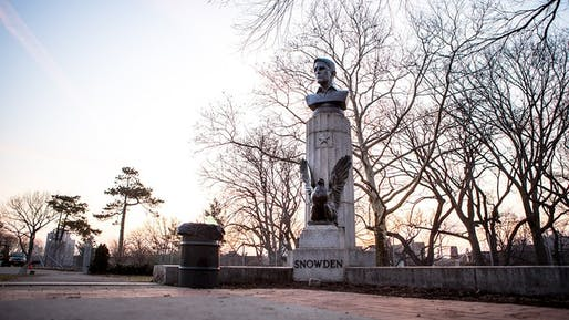 Bronze bust of NSA-whistleblower Edward Snowden in Brooklyn's Fort Greene Park on Monday, April 6, 2015. (Photo: AYMANN ISMAIL/ANIMALNEWYORK; via mashable.com)