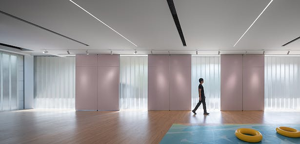 Exhibition Space with Diffuse Light Introduced through U-Glass,photo: Wu Qingshan