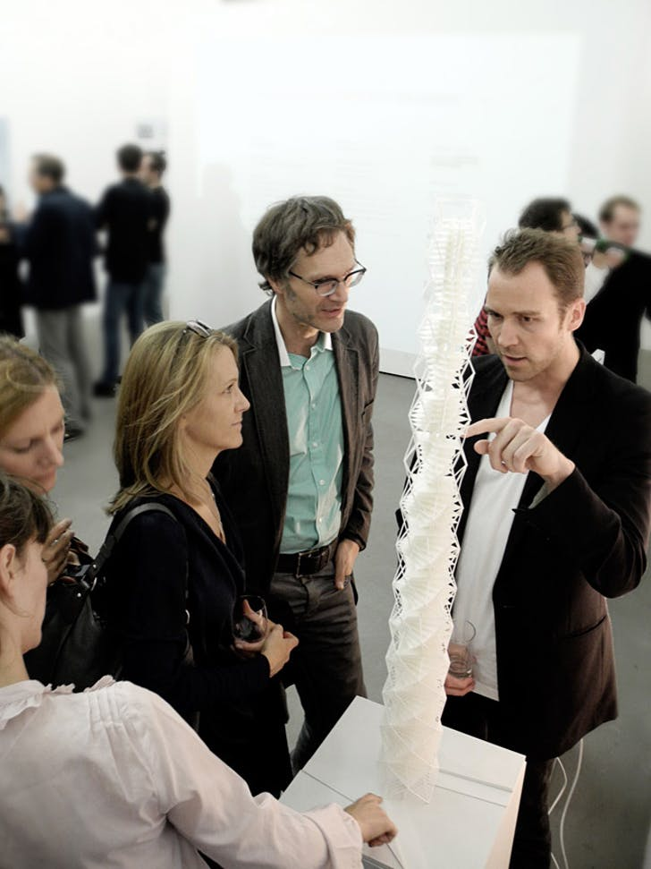 Martin Henn explaining the concept to Eva Hingers (ARUP) and a colleague. (Photo: R. Sladek)