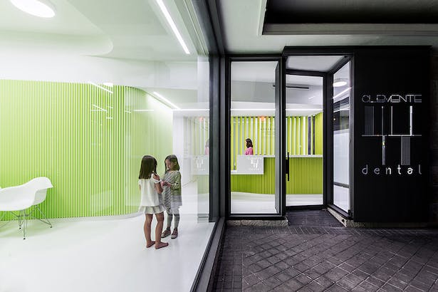 The clinic is located in a commercial space with access from the street located in a Madrid residential building.