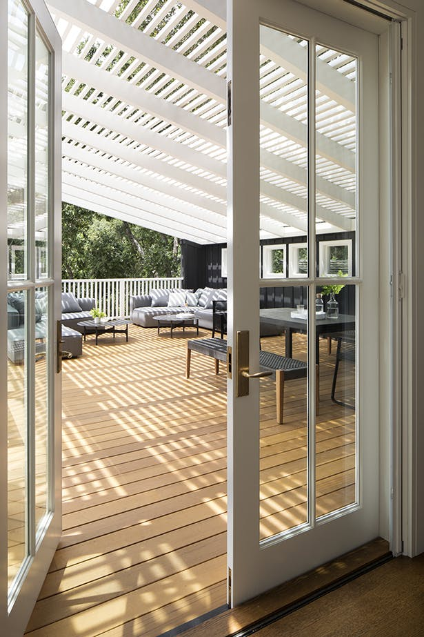 Andrew Mann integrated the indoors and outdoors seamlessly with a continuous deck that runs along the rear spine of the house.