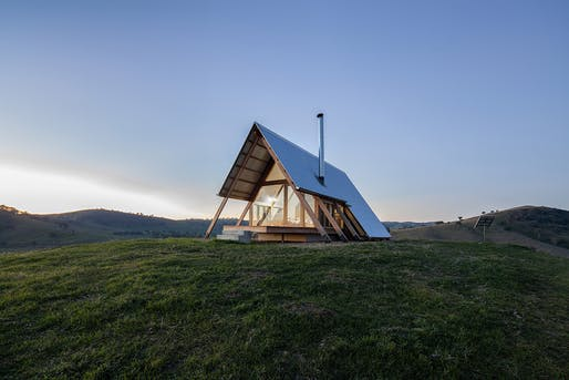 "JR's Hut, designed by Luke Stanley Architects and Anthony Hunt Design, will be featured on Shelter's new ""Inspired Architecture"" series. Photo via <a href=""https://www.anthonyhuntdesign.com.au/kimo-estate-huts-gundagai/v5yn7lr2kaf9c7p2ihp96dyzmm1zoj"">Anthony Hunt Design</a>. © Hilary Bradford"