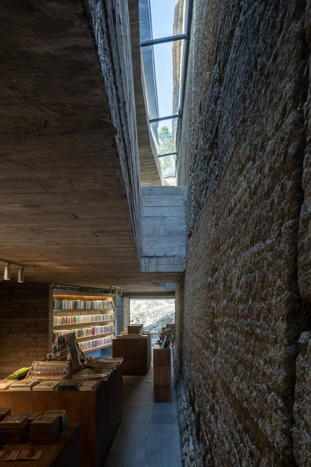 Gap between the concrete slab and the rammed earth wall ©CHEN Hao
