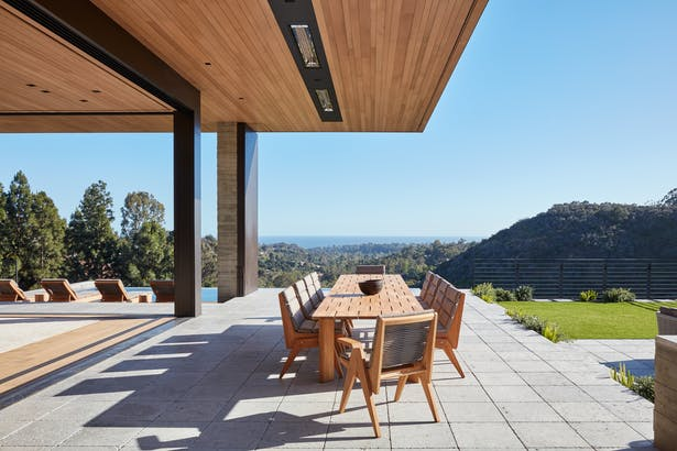 Pebble and stone surfaces further embrace the nearby mountains resulting in material palette that is modern, yet warm. (Roger Davies Photography)