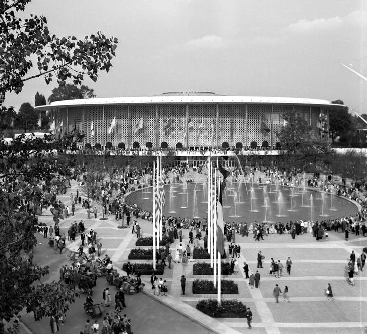 View of Edward Durell Stone's designs for the 1958 US Pavilion at the World's Fair in Brussels. Image courtesy of Wikimedia user Wouter Hagens.