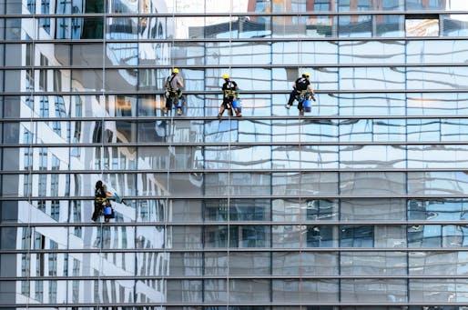 New York City is considering adopting bird-friendly glass regulations. Image by Gerhard Bögner from Pixabay.