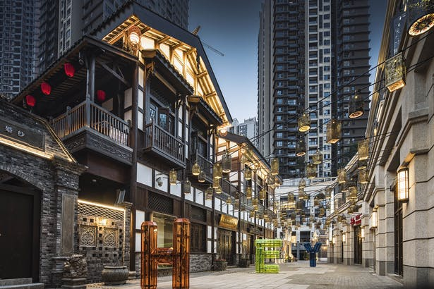 To complement these traditional elements, new buildings on Danzishi Old Street adopted a modern Chinese architectural style.