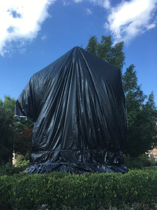 Charlottesville's Robert E. Lee statue at Emancipation Park covered with a tarp following the deadly Unite the Right violence in August 2017. Image via Wikimedia Commons user Mark Chackerian.