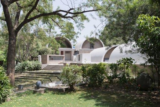 Exterior view of Doshi's architectural studio: »Sangath Architect's Studio«, Ahmedabad, 1980 © Iwan Baan 2018