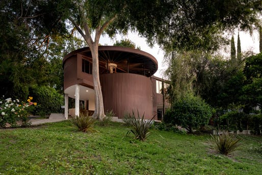 One of Lautner's earliest commission works, the Sherman Oaks residence, was designed for schoolteacher Louise Foster in 1950. Image © Junwan Li/Courtesy of Compass