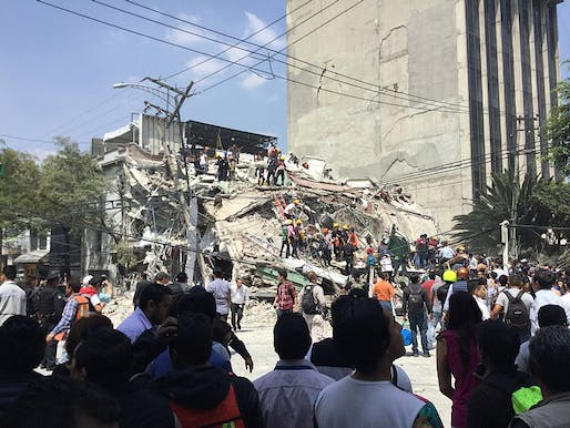 Volunteers and rescuers working at a collapsed building at Colonia Roma, Mexico City, following the 2017 Central Mexico Earthquake. Photo: ProtoplasmaKid/Wikipedia.