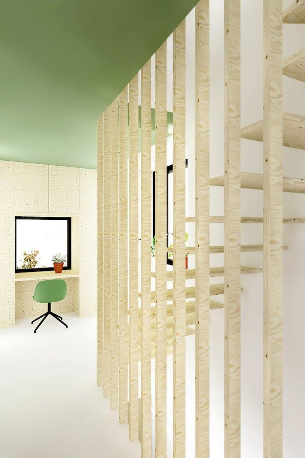 De nieuwe vaste trap maakt het mogelijk om van de zolder een waardige slaapverdieping te maken. Het ontwerp van de trap voorziet tevens in een ruimte scheidend element op de overloop.