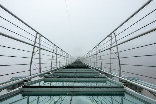 A (now closed) glass-bottom bridge in the Chinese Hebei Province. Photo: Achim Höfling/Wikimedia Commons