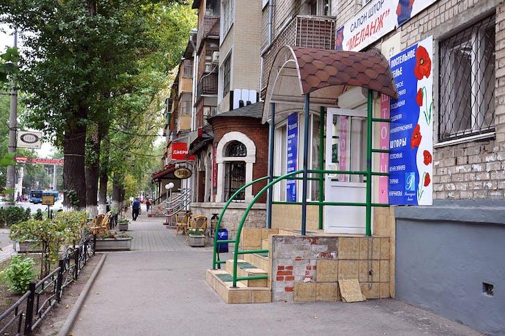Old Tolyatti: Shop owners cut entrances to sidewalk.