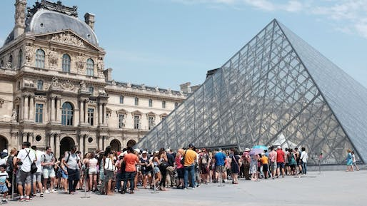 Visitors waiting in line at the Louvre. Image © Miguel Medina/AFP/Getty Images