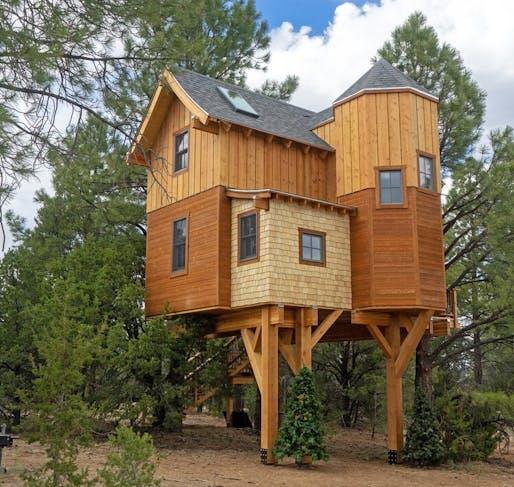 "The Meyers Treehouse in Arizona by Treecraft Design-Build. Image via: <a href=""https://www.instagram.com/treecraftdesignbuild/?hl=en"">Treecraft Design-Build / Instagram </a>."