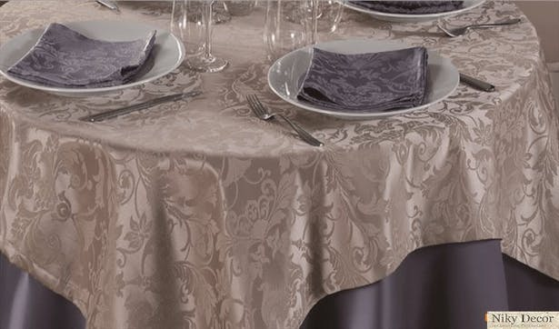 Arrangement of the restaurant with tablecloths made of damask satin