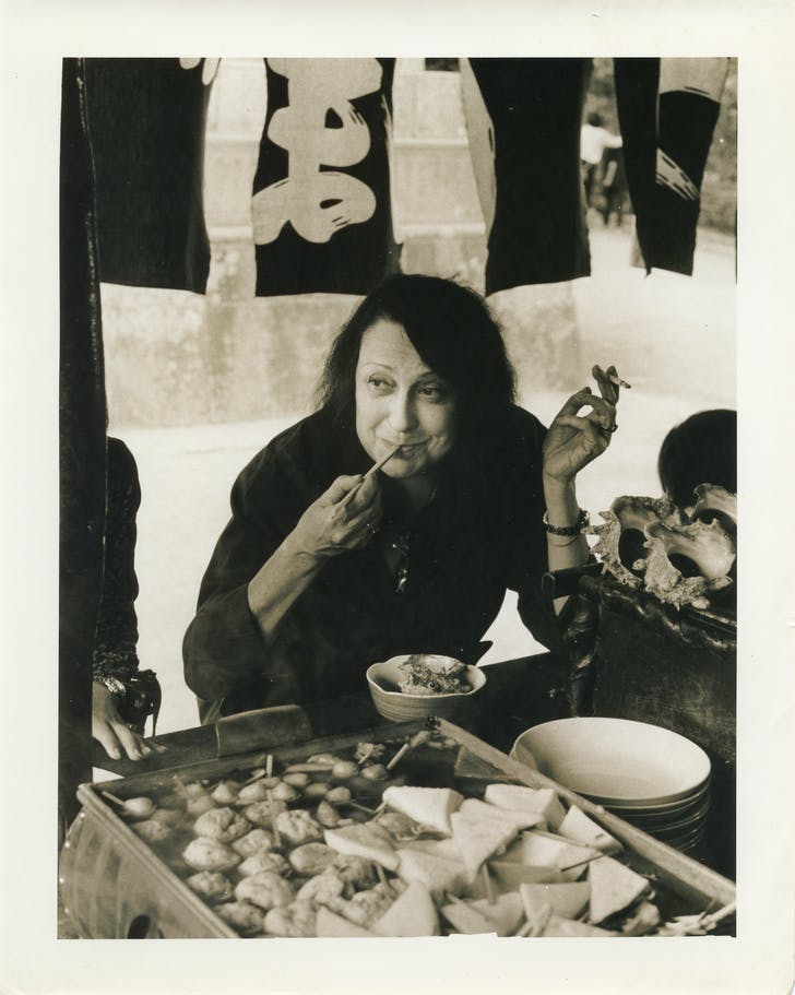 Lina Bo Bardi in Kamakura, Japan, October 1978 (photographer unknown). Courtesy of the Instituto Lina Bo e P.M. Bardi.