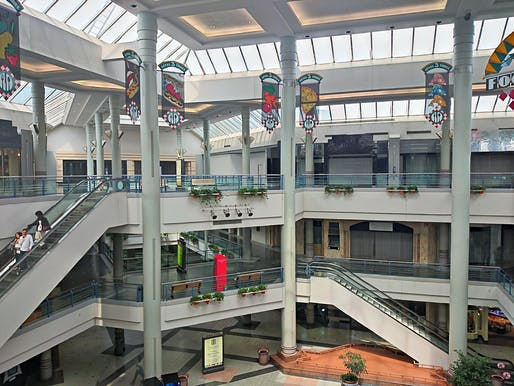 View of a dead mall in Alexandria, Virginia. Image courtesy of Wikimedia user Payton Chung.