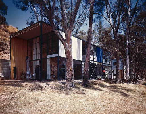 The Eames House, as photographed by Julius Shulman in 1950. Photo: J. Paul Getty Trust. Used with permission. Julius Shulman Photography Archive, Research Library at the Getty Research Institute (2004.R.10)