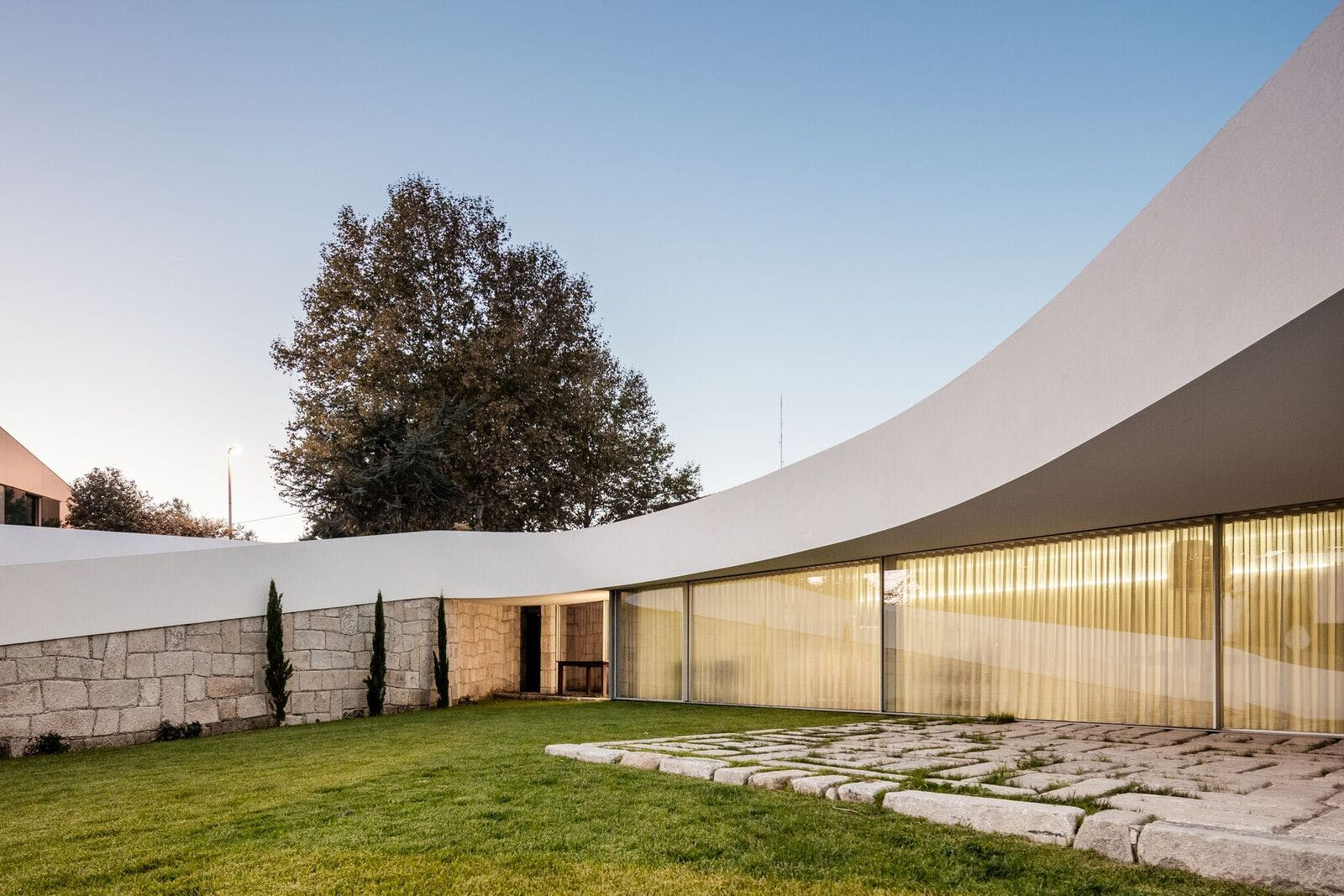 Noarq Creates A Curved House For A Triangular Lot In Portugal News