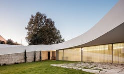 NOARQ creates a curved house for a triangular lot in Portugal