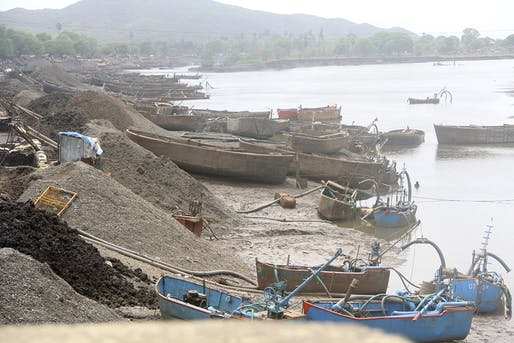 Equipped with suction pumps, or simply cheap manual labor, sand thieves can strip entire beaches of their precious sand. Photo: Sumaira Abdulali/Wikimedia Commons.