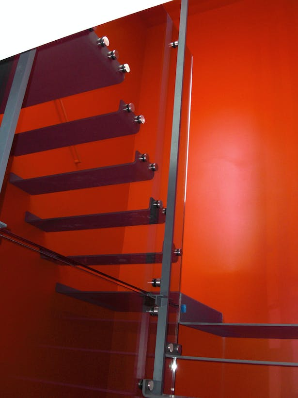 Glass suspended stair treads