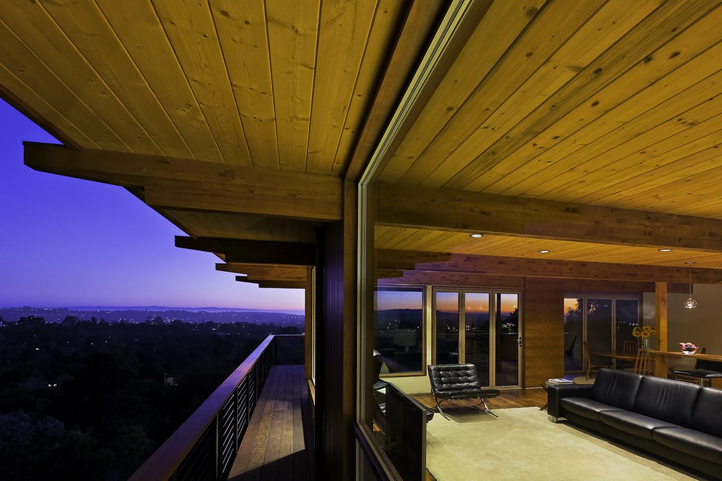 Интерьер дома с деревянным потолком и встроенными светильник.
