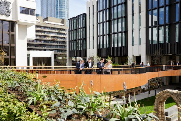 Curved highwalk to 1 London Wall Place