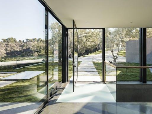 Oak Pass Main House in Beverly Hills, CA by Walker Workshop; Photo: Joe Fletcher