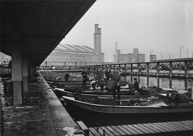 The Food Centre terrain, a long quay bounded by two canals, will be renewed and more efficiently organized by developing the series of harbour basins that were filled in and reclaimed during the seventies.