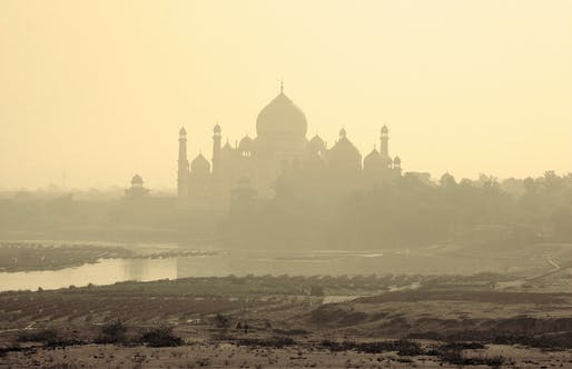 The Taj Mahal and the polluted river Yamuna on a smoggy morning. Photo: lapidim/Flickr