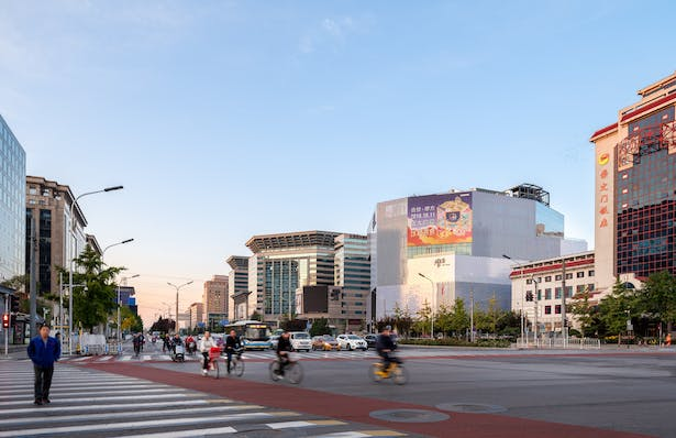Located just within Beijing's innermost ring road, the KWG·M·CUBE is prominently located next to the Beijing Railway Station and near to both the Temple of Heaven to the Southwest, and Tiananmen and the Forbidden City to the Northwest.