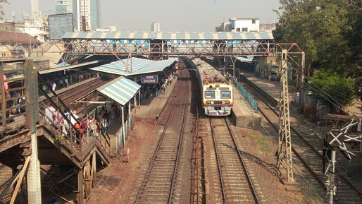 India is moving to electrify and decarbonize its railway system. Shown: Commuter trains in Mumbai, India. Image courtesy of Wikimedia user Tiven Gonsalves.