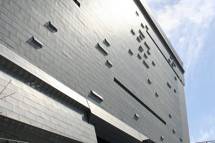 Close-up of the facade of Morphosis' Caltrans District 7 Building (photo via flickriver.com)